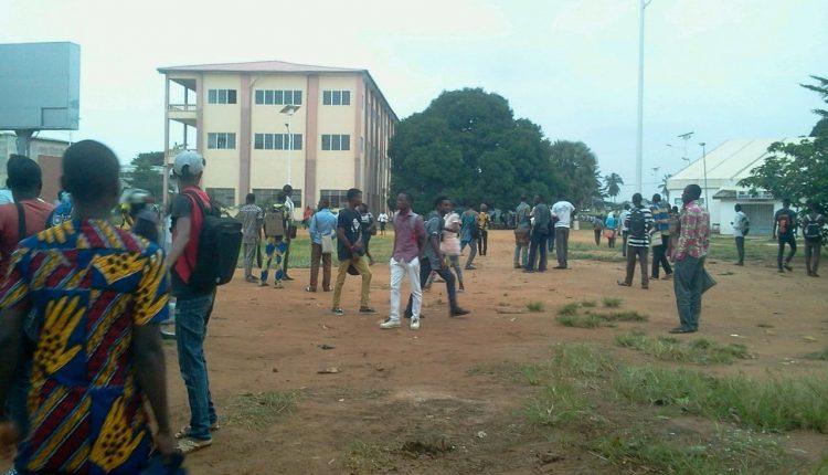Des étudiants devant des amphithéâtres de l'Université d'Abomey-Calavi.