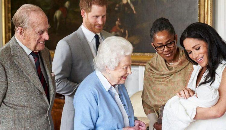 Le petit Archie entouré de ses parents Meghan Markle et Harry, sa grand-mère et de ses arrière-grands-parents la reine Elizabeth II et son époux AFP/SUSSEXROYAL/Chris Allerton