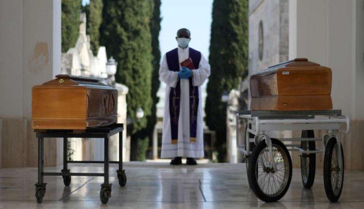 Cercueils des victimes de Covid-19 à Cisternino, Italie 30/03/2020 REUTERS / Alessandro Garofalo