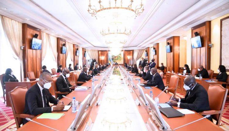 Les membres du gouvernement gabonais en Conseil des ministres