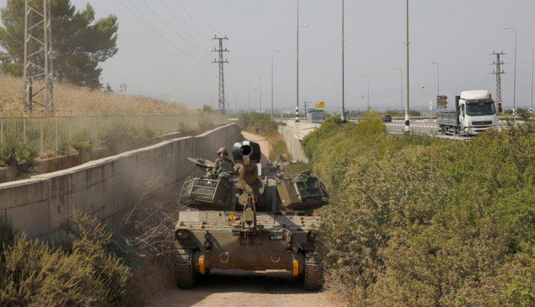 Un obusier automoteur est photographié près du Moshav Sde Eliezer, dans le nord d'Israël, à la frontière avec le Liban, le 26 juillet 2020