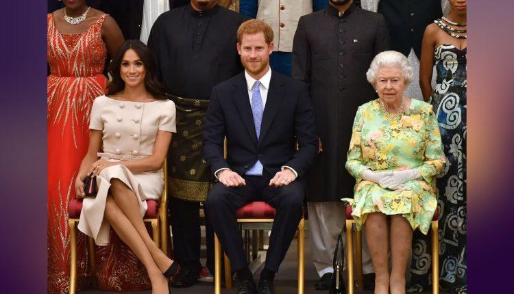 """Le prince Harry, duc de Sussex, Meghan Markle, duchesse de Sussex, la reine Elisabeth II d'Angleterre - Personnalités à la cérémonie """"Queen's Young Leaders Awards"""" au palais de Buckingham à Londres le 26 juin 2018"""