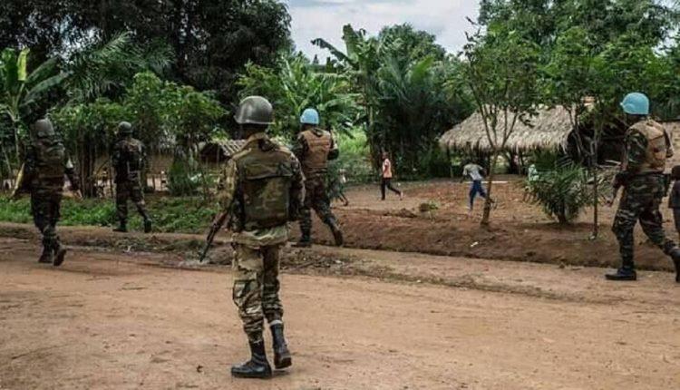 Des soldats de paix de la MINUSCA en Centrafrique, patrouille à pied pour sécuriser une zone attaquée par les rebelles