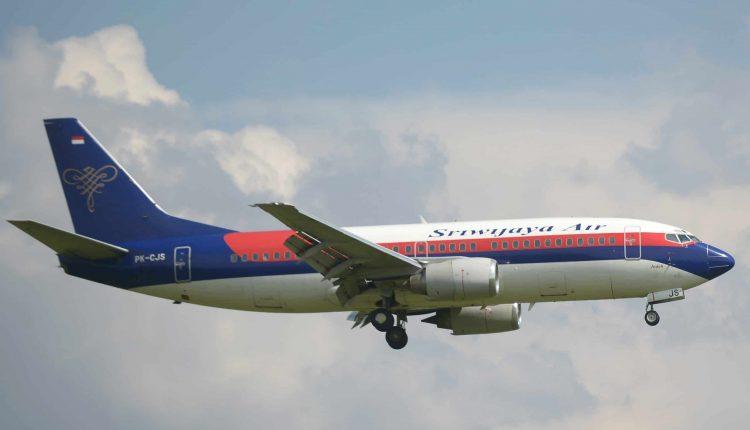 Cette photo prise au-dessus de Tangerang le 18 mars 2013 montre un avion Sriwijaya Air Boeing 737-300, un modèle similaire au Boeing 737-500 de la compagnie aérienne indonésienne fonctionnant sous le nom de vol SJY182 qui a perdu le contact lors d'un vol Jakarta-Pontianak le 9 janvier. 2021. - L'Indonésien Sriwijaya Air a perdu le contact avec l'un de ses avions à réaction peu après le décollage de la capitale Jakarta, a annoncé le 9 janvier 2021 le ministère des Transports du pays