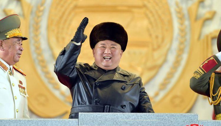 Le président Kin Jong-Un lord du défilé militaire à Pyongyang, en Corée du Nord, pour commémorer le 8e Congrès du Parti des travailleurs, 14 janvier 2021